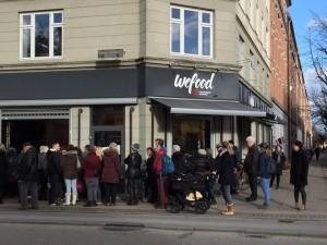 Fronta před obchodem WeFood v den otevření, zdroj: www.we-food.dk