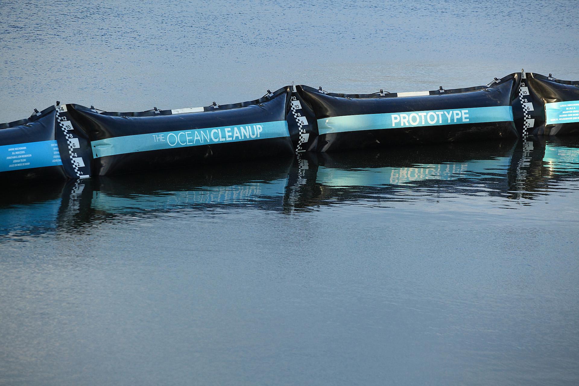 Testování plovoucí bariéry, zdroj: The Ocean Cleanup, foto: Erwin Zwart