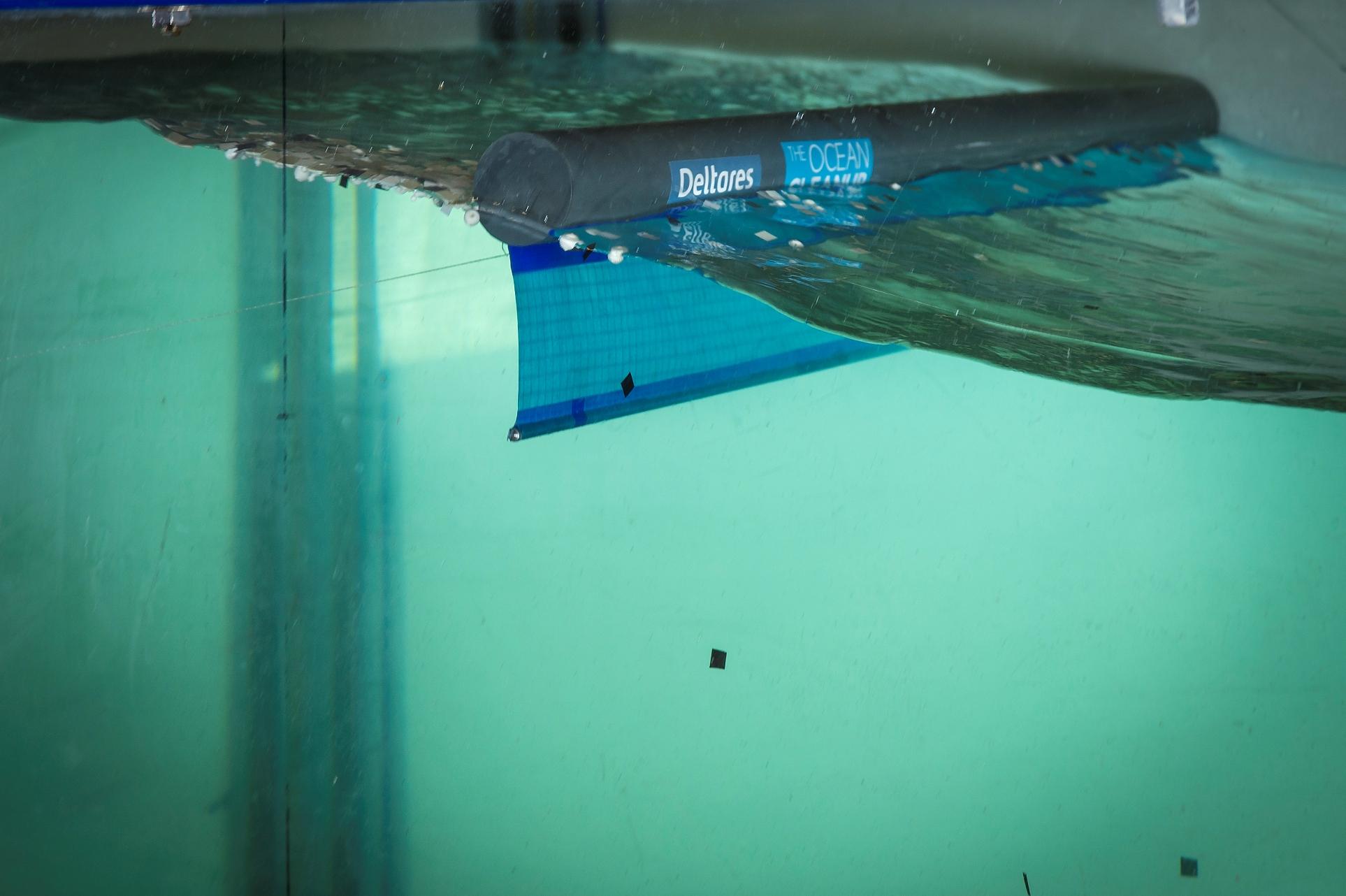 Bariéra zachytává plovoucí odpad na hladině, zatímco živočichové mohou pod bariérou proplout, zdroj: The Ocean Cleanup, foto: Erwin Zwart
